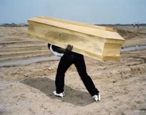 cargar con el muerto